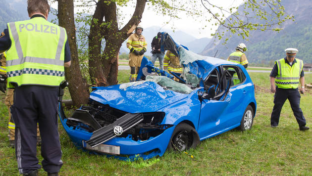 Mit Auto gegen Baum geprallt: Schwestern tot (Bild: APA/PHILIPP BRUNNER)