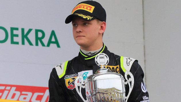 Schumacher-Sohn Mick feiert Sieg in der Formel 4 (Bild: AP)
