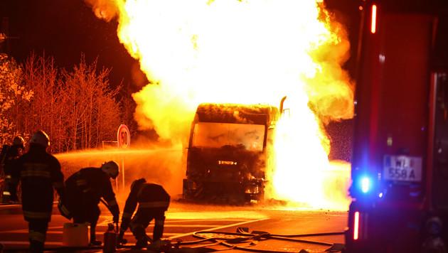 Die Feuerwehr rückte mit Wasserwerfern gegen die Flammen vor. (Bild: APA/MATTHIAS LAUBER)