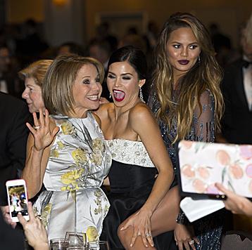 Katie Couric, Jenna Dewan-Tatum und Chrissy Teigen waren zu Scherzen aufgelegt. (Bild: AP)