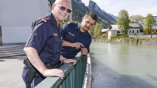 Franz Weitgasser und Josef Kanz an der Stelle, an der sie den Betrunkenen aus dem Wasser zogen. (Bild: MARKUS TSCHEPP)