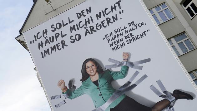 Maria Vassilakou am Plakat der Wiener Grünen am Naschmarkt (Bild: APA/HANS KLAUS TECHT)