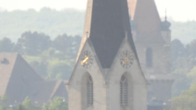 Durch das lange Tele rückt die Perchtoldsdorfer Burgkirche nahe an die Brunner Kirche heran. (Bild: Sebastian Räuchle)