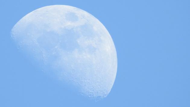 Auch bei Tag ein tolles Motiv: der Mond. Diesmal ohne Stativ geschossen. (Bild: Sebastian Räuchle)