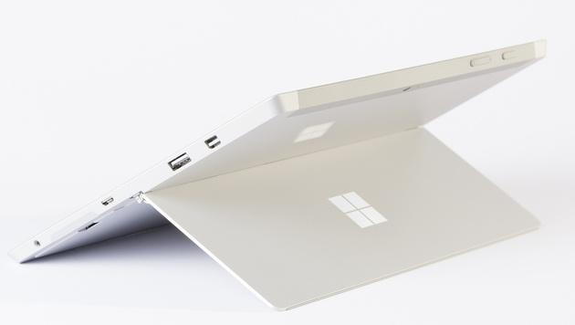 Praktisch, aber leider im Gegensatz zum Pro 3 nicht stufenlos verstellbar: der integrierte Ständer. (Bild: Microsoft)