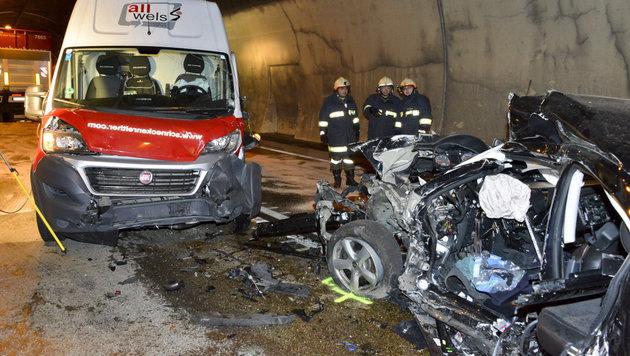 Horror-Unfall im Tunnel bei Klaus: Der Lenker dieses Wracks (rechts) hatte keine Überlebenschance. (Bild: Jack Haijes)