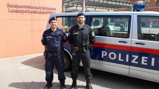 Diesen beiden Polizisten gelang die Reanimation des kollabierten Demo-Teilnehmers. (Bild: Polizei)