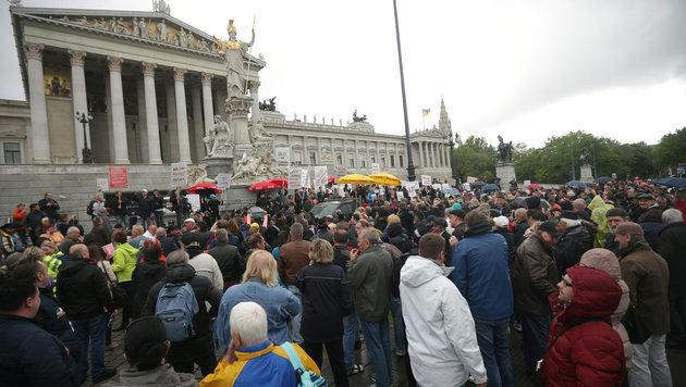 Während der Rauchverbot-Demo vor dem Parlament brach einer der Teilnehmer zusammen. (Bild: APA/GEORG HOCHMUTH)
