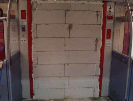 Tür von Hamburger S-Bahn-Waggon zugemauert (Bild: Polizei Hamburg)