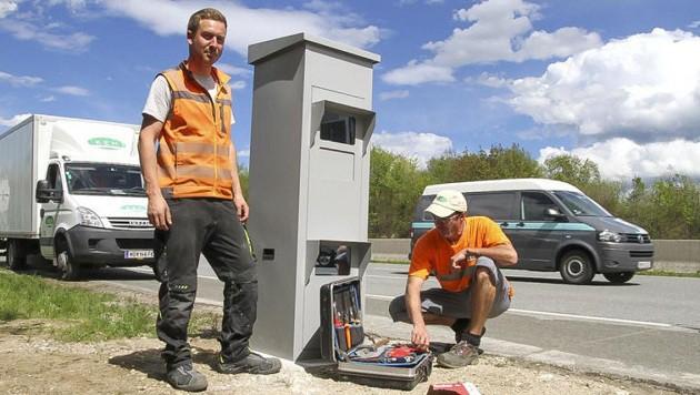 Techniker montieren die neue Kästen entlang der A1. (Bild: Markus Tschepp)