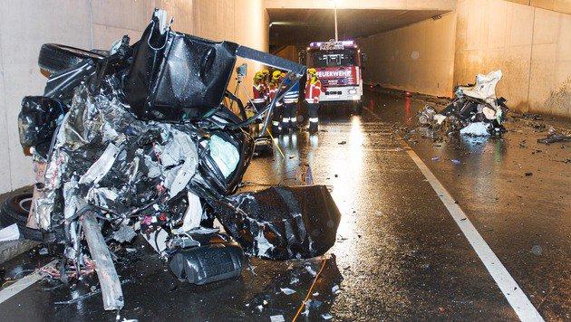 Auto in zwei Teile gerissen - Lenker gestorben (Bild: APA/FOTOKERSCHI.AT/WERNER KERSCHBAUMMAYR)