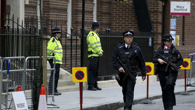 Polizisten vor dem Krankenhaus (Bild: AP)