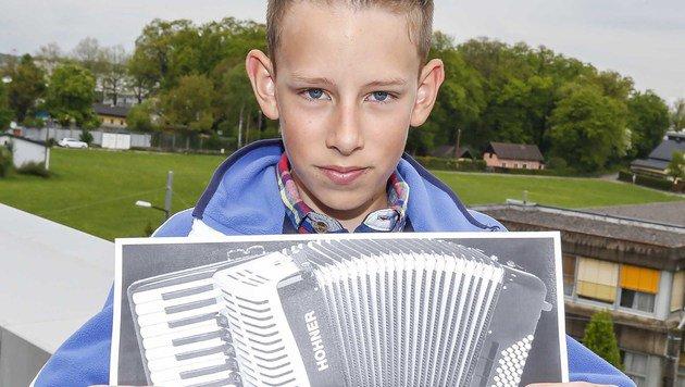 David mit einem Foto seiner gestohlenen Harmonika (Bild: MARKUS TSCHEPP)