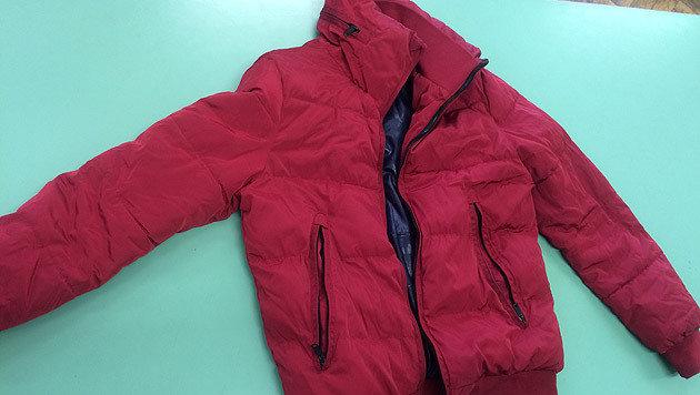 In fast allen Fällen trug der Verdächtige diese rote Jacke. (Bild: Polizei)