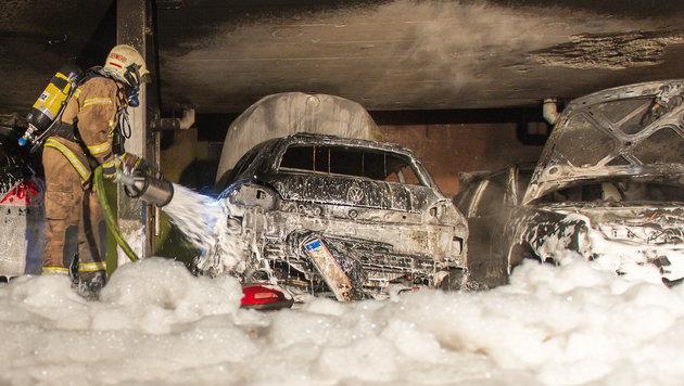 Linz: Sechs Autos mit Leuchtpistole abgefackelt (Bild: APA/FOTOKERSCHI.AT/WERNER KERSCHBAUMMAYR)