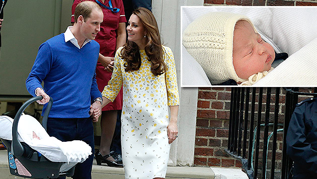 Kate und William zeigen ihr Töchterl. (Bild: AP)