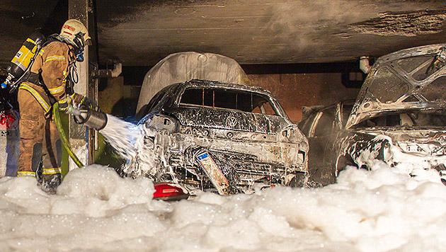 Sechs Autos abgefackelt: Täter (27) stellt sich (Bild: APA/FOTOKERSCHI.AT/WERNER KERSCHBAUMMAYR)