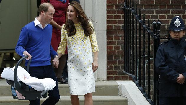 Hand in Hand trugen William und Kate ihre kostbare Babyfracht zum Auto. (Bild: AP)