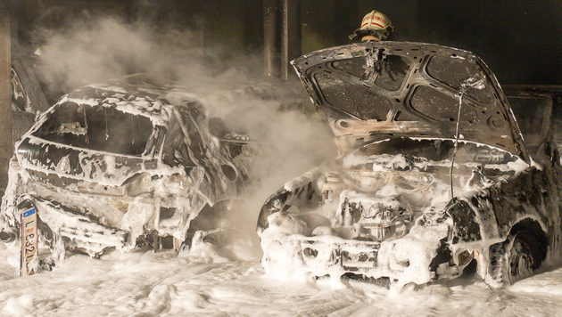 Mit Leuchtpistole in Brand geschossen, mit Schaum gelöscht: Sechs Autos wurden in Linz zerstört (Bild: fotokerschi)
