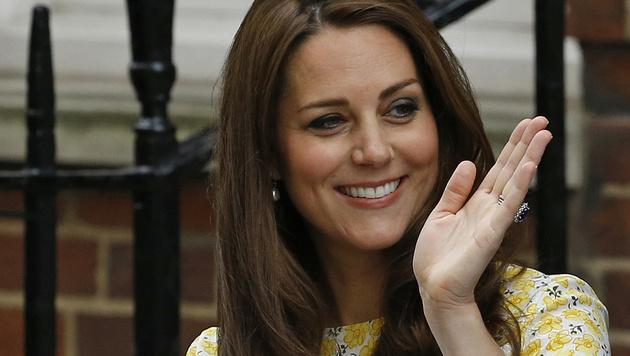 Kate: Perfekt gestylt nach der Geburt (Bild: AP)