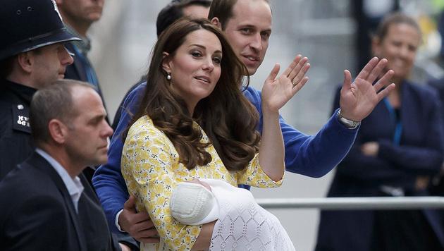Kate und William mit ihrer kleinen Prinzessin (Bild: AP)