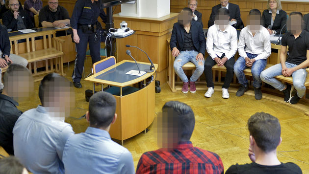 Die Angeklagten im Gerichtssaal (Bild: APA/HERBERT NEUBAUER)