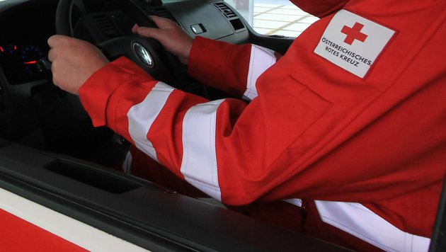 57-Jährige vom eigenen Auto schwer verletzt (Bild: APA/OÖRK/ASANGER (Symbolbild))