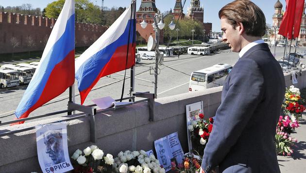 Der Minister legte Blumen an der Stelle nieder, wo Kreml-Kritiker Boris Nemzow ermordet worden war. (Bild: APA/Außenministerium/Dragan Tatic)
