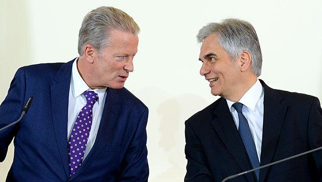 Mitterlehner und Faymann während des Pressefoyers (Bild: APA/Roland Schlager)