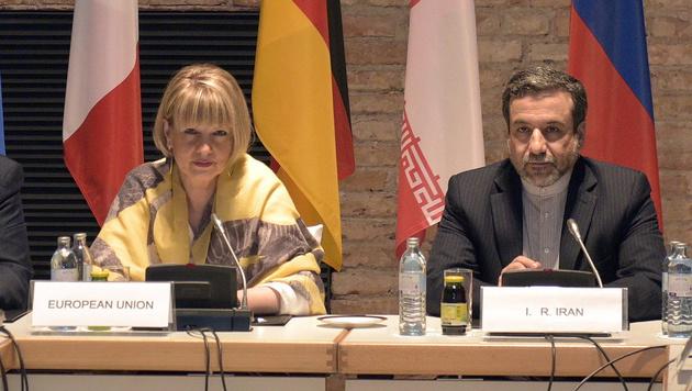 Helga Schmid und Abbas Araqhchi (Bild: APA/EPA/HANS PUNZ)