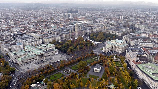 Blick über Wien mit Ringstraße, Parlament, Rathaus und Burgtheater (Bild: APA/Herbert Neubauer)
