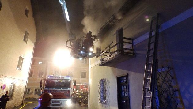 Aus diesem brennenden Haus wurden die vier Kinder vom 70-jährigen Nachbarn gerettet. (Bild: FF Weyer)