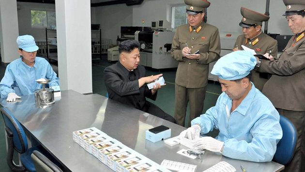 Nordkoreas Machthaber Kim Jong-Un bei der Besichtigung einer Smartphone-Fabrik Mitte 2013 (Bild: KCNA)