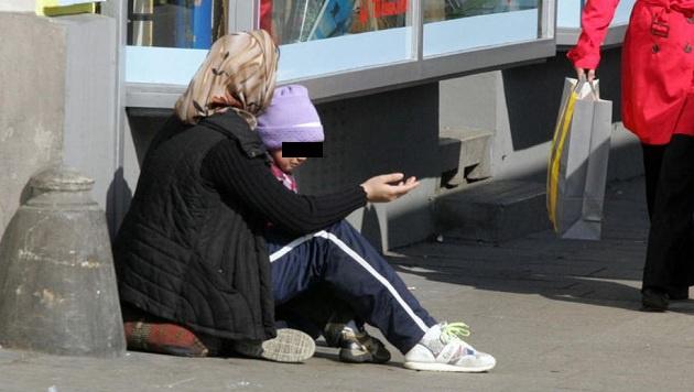 Dieses Bild prägt die Straßenszene in vielen österreichischen Städten: Bettler mit ihren Kindern (Bild: Andi Schiel)