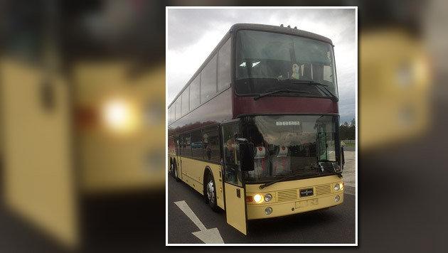 Bei einer Kontrolle auf der A2 wurde der Bus mit 52 Kindern an Bord aus dem Verkehr gezogen. (Bild: Polizei)
