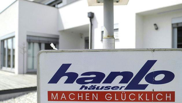 Eine Werbetafel vor einem Hanlo-Haus (Bild: APA/Herbert Pfarrhofer)