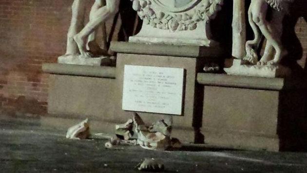 Touristen ruinierten uralte Statue wegen Selfie (Bild: twitter.com/Corriereit)
