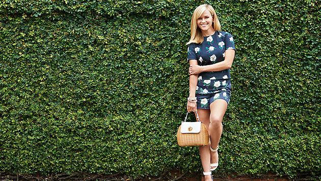 Reese Witherspoon posiert in einem ihrer Draper-James-Outfits auf der Startseite ihres Online-Shops. (Bild: www.draperjames.com)