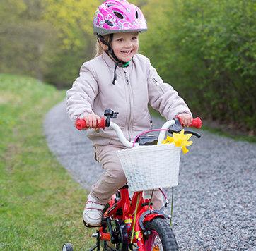 Prinzessin Estelle beim Fahrradfahren im Park von Schloss Haga. (Bild: Kate Gabor/Kungahuset.se)