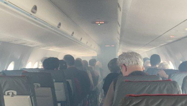 Ein Fluggast machte ein Foto von der völlig verrauchten Passagierkabine. (Bild: Privat)