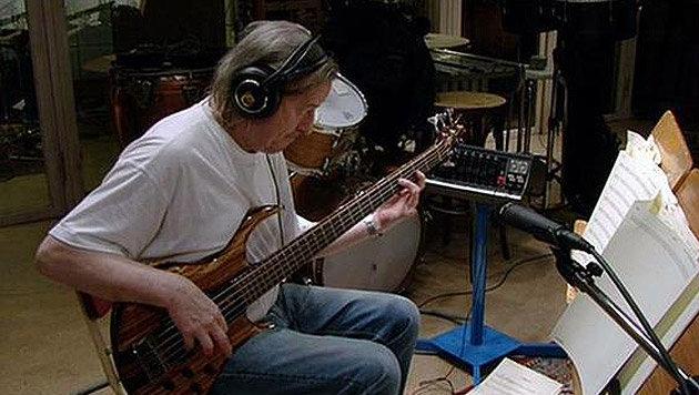 ABBA-Basssit Gunnarsson während einer Studiosession (Bild: twitter.com)