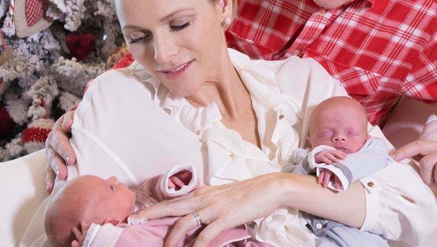 Fürstin Charlene kurz nach der Geburt mit den Babys im Arm (Bild: Viennareport)