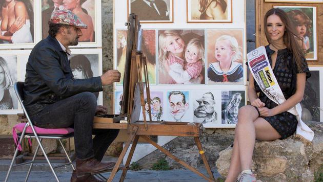 Julia Furdea lässt sich in Rhodos zeichnen. (Bild: Miss Austria Corporation)