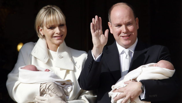 Das monegassische Fürstenpaar Albert II. und Charlene mit Prinz Jacques und Prinzessin Gabriella (Bild: EPA)