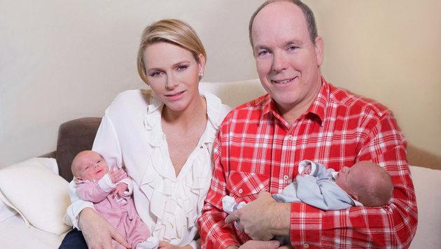 Fürstin Charlene und Prinz Albert kurz nach der Geburt mit den Kindern (Bild: Viennareport)
