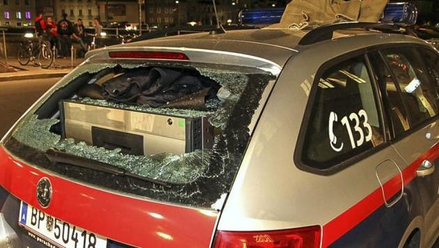 Die demolierte Heckscheibe des Polizeiautos (Bild: Markus Tschepp)