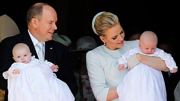 Das Fürstenpaar mit Jacques und Gabriella (Bild: APA/EPA/Sebastien Nogier)