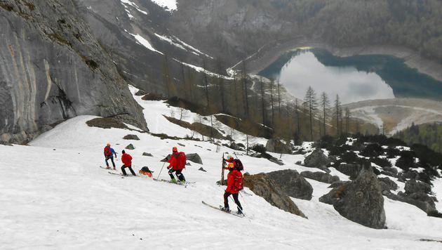 Einsatzkräfte während der Bergungsaktion (Bild: APA/POLIZEI/Michael Gruber)