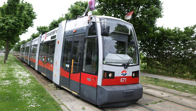Die Fußgängerin wurde von einer Bim der Linie 25 angefahren. (Bild: Gerhard Bartel)