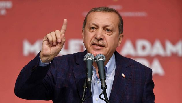 Erdogan hat sich wohl oder übel mit seinem ungeliebten Nachbarn Assad abgefunden. (Bild: AP)
